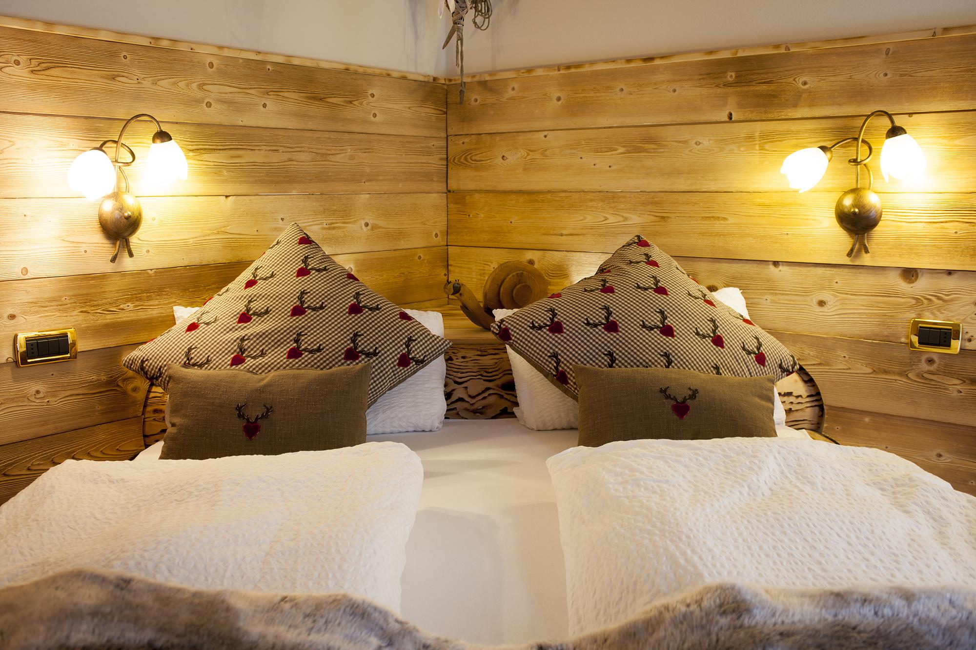 Camere arredate in legno e dotate di ogni confort chalet for Camere arredate